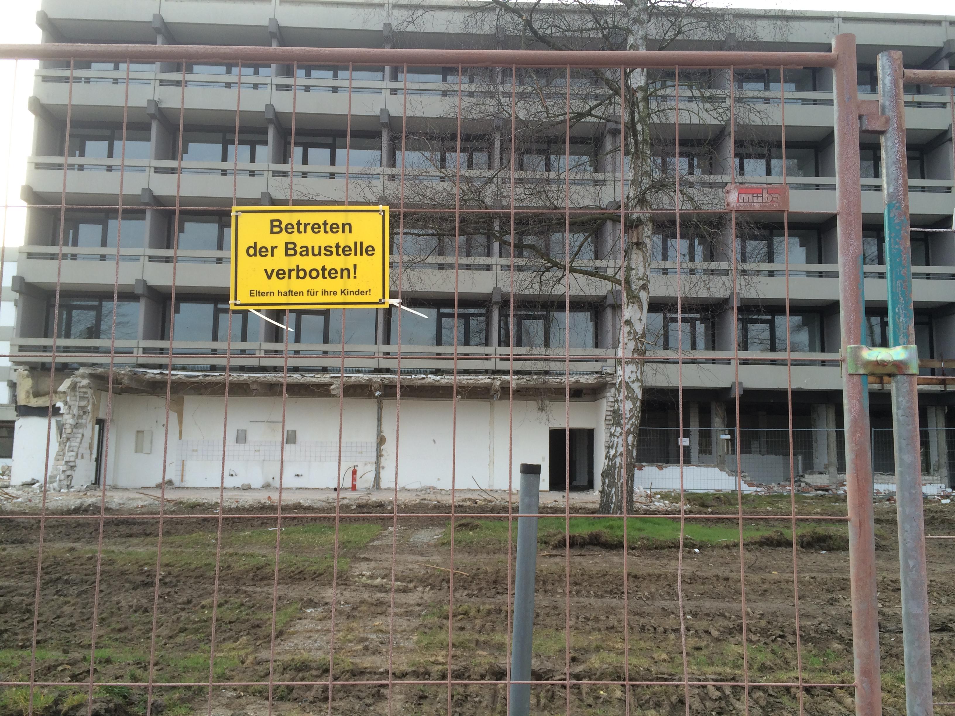 Kreuzkampklinik Lippstadt Bad Waldliesborn mit Zaun und Schild