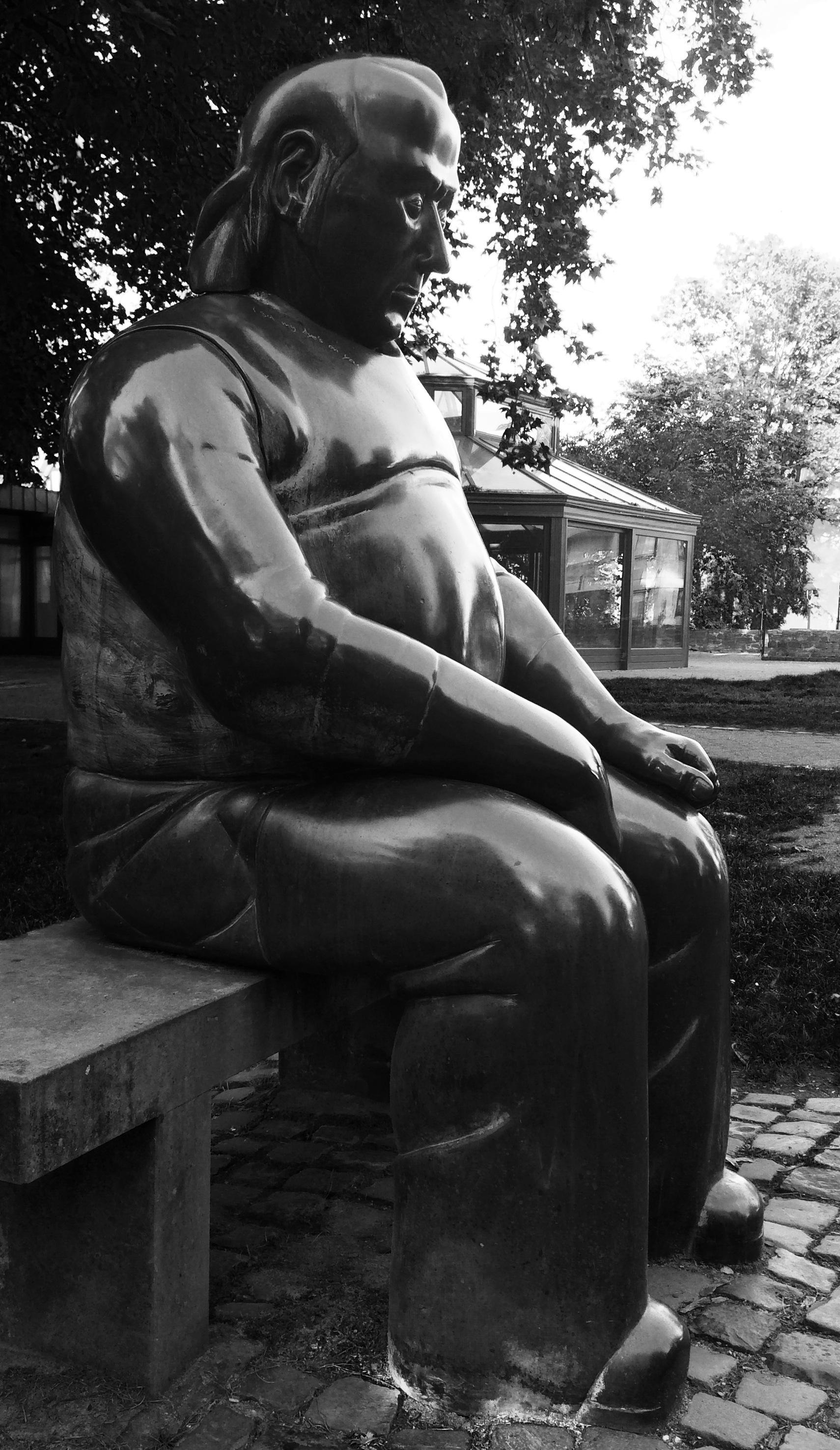 Altstadt von Soest mit Bronzefigur im Park