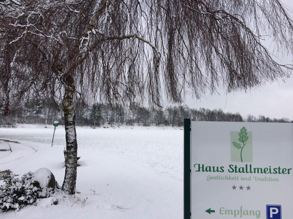Haus Stallmeister im Schnee Birke Schild Empfang