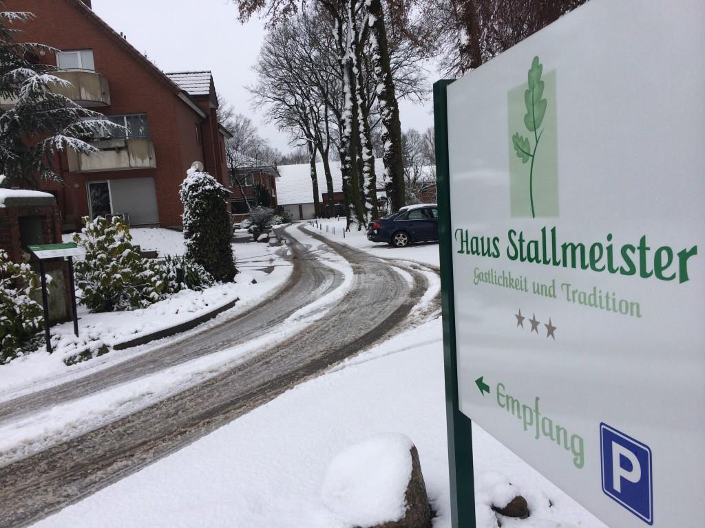 Haus Stallmeister im Schnee Einfahrt Schild Empfang Parkplatz