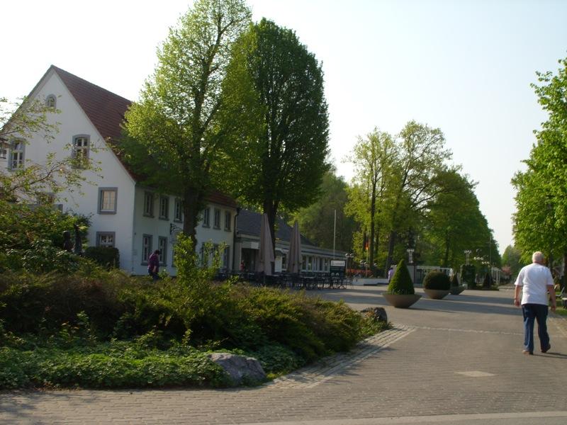 Termine Bad Waldliesborn Lippstadt Badehaus LIndenhof Vorplatz Maibaumaufstellen