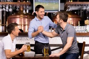 (g-stockstudio/Shutterstock.com) Warsteiner Bier genießen nach Besichtigung der Brauerei in der Nähe vom Hotel