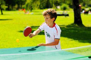 (JJ pixs/Shutterstock.com) Tischtennisplatten für Hotelgäste in der Nähe vom Hotel