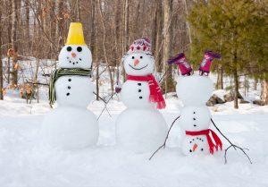 (Olga Lyubkina/Shutterstock.com) Freizeittipps für verschneite Tage - Schneemann bauen!