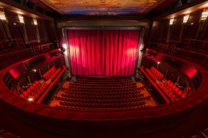(momente/Shutterstock.com) Vorhang auf - Bühne frei - Beispielbild eines Theaters