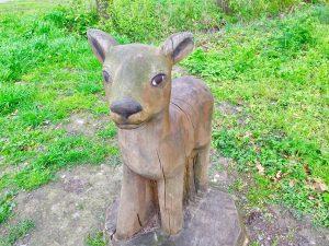 junges Reh aus Holz im Park