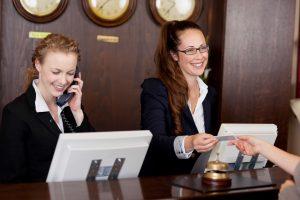 (racorn/Shutterstock.com) Check-In im Hotel Haus Stallmeister Lippstadt