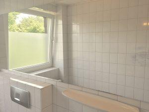 Große Spiegel in den Badezimmern erhellen den Raum