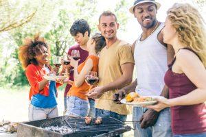 (oneinchpunch/Shutterstock.com) Grillen mit Freunden und Familie im Haus Stallmeister