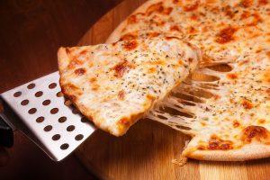 (Anton Gepolov/Shutterstock.com) Neben Burger bieten viele noch Pizzen an