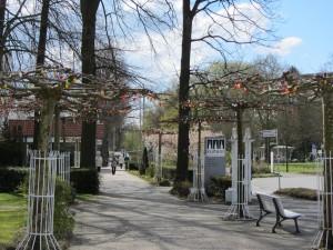 Der Osterhase hägt auch in Lippstadt bunte Plastikeier an Bäumen auf und niemand wundert sich darüber.