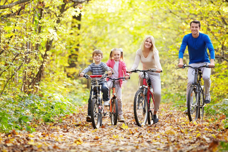 Fahrradfahrer in der Nähe vom Hotel mit Familie