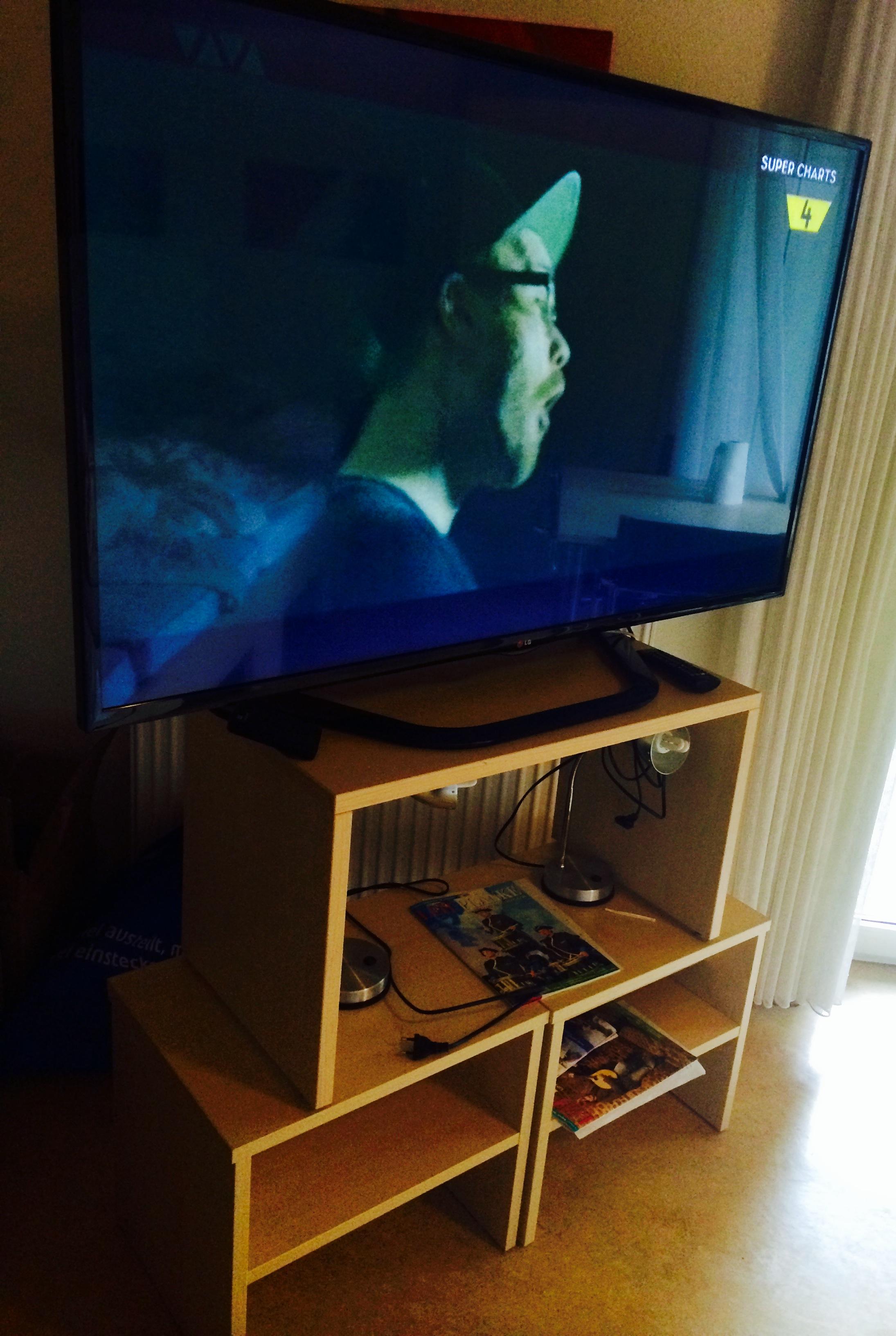 Haus Stallmeister Nachttischturm mit LCD TV