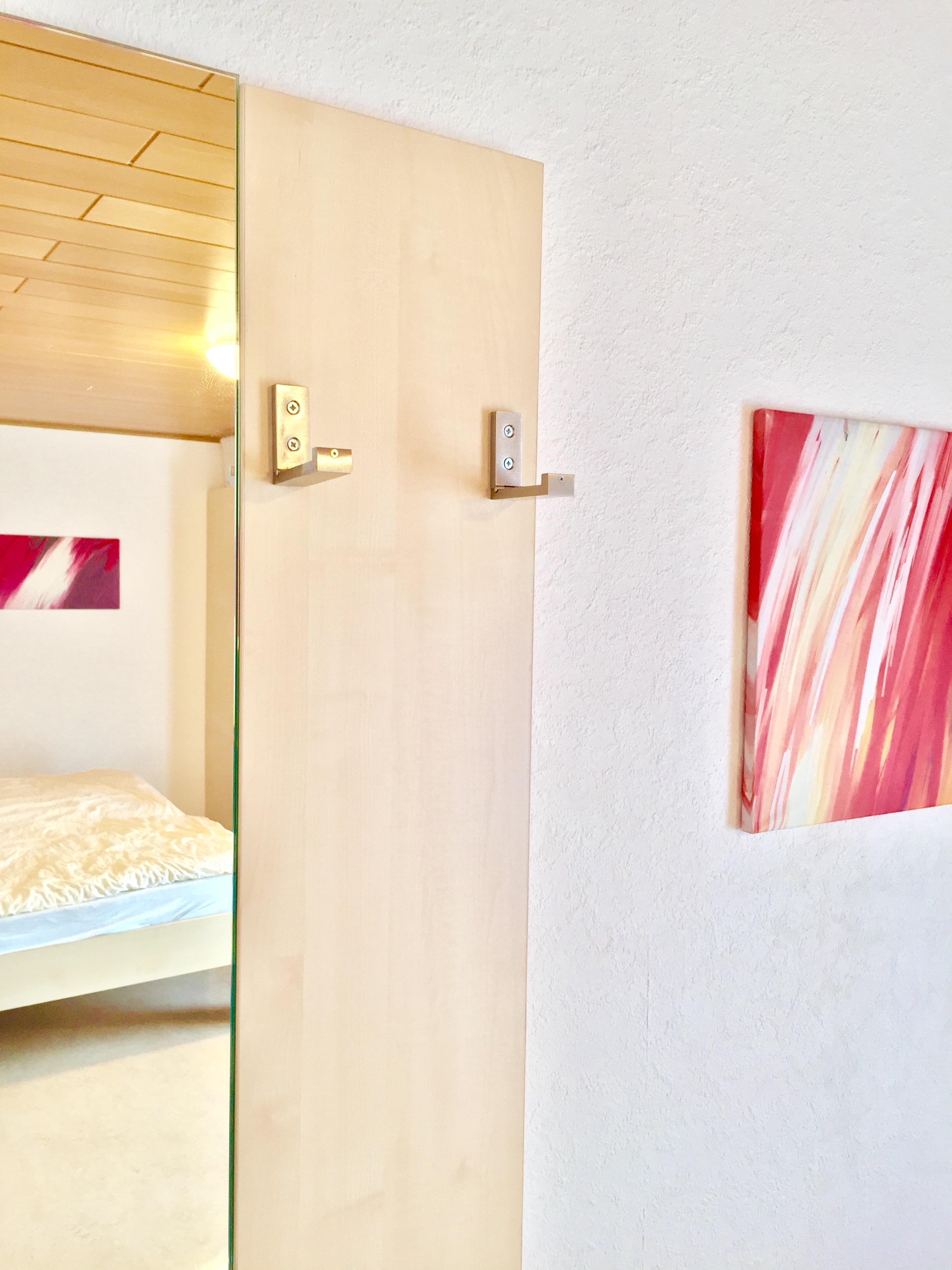 neue Garderobe - einklappbar, platzsparend und praktisch - Hotel Pension & Appartements Haus Stallmeister