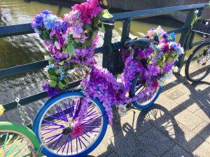 Bunte Fahrräder auf einer Brücke Römer Lippe Route Haus Stallmeister