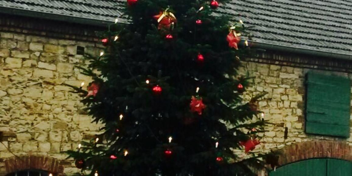 Weihnachtsbaum mit Schneefall